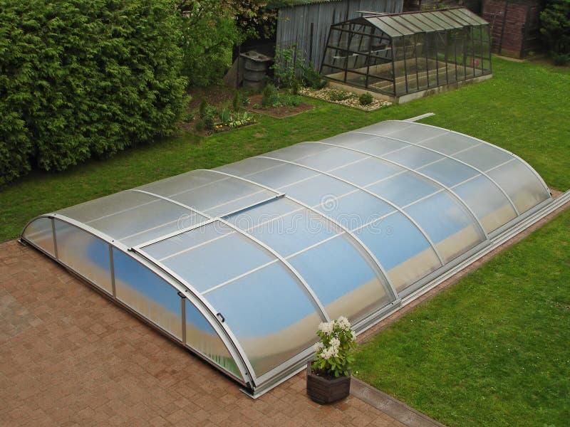 Swimmingpooldach auf dem Garten lizenzfreie stockfotos