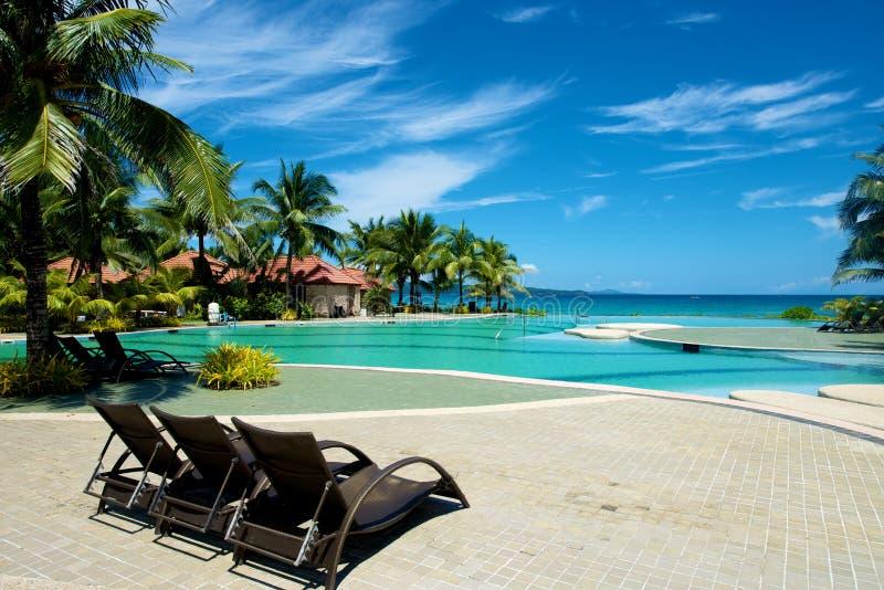 Swimmingpoolferienort mit Recliner in Boracay stockbilder