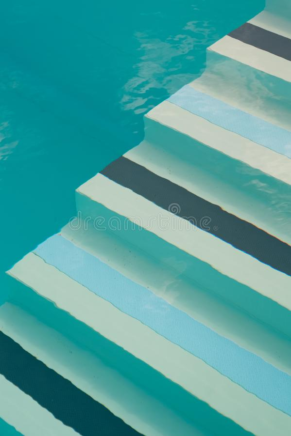 Swimmingpoolschritte lizenzfreies stockbild