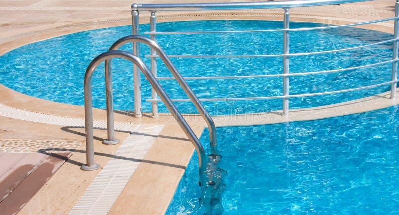 Swimmingpooltreppen lizenzfreies stockbild
