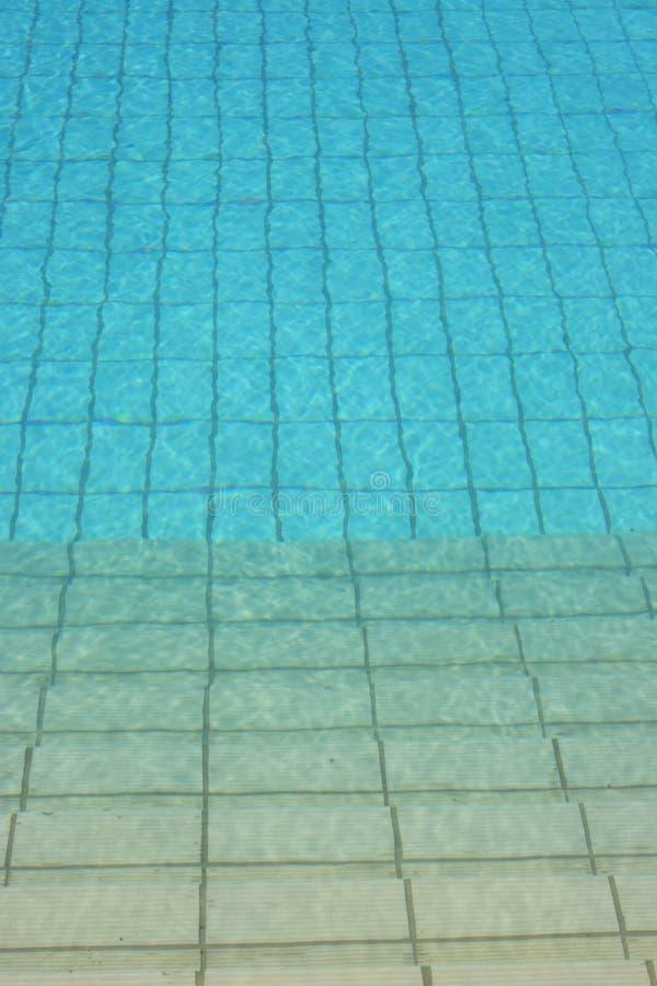 Swimmingpoolwasser und -jobsteps stockbild