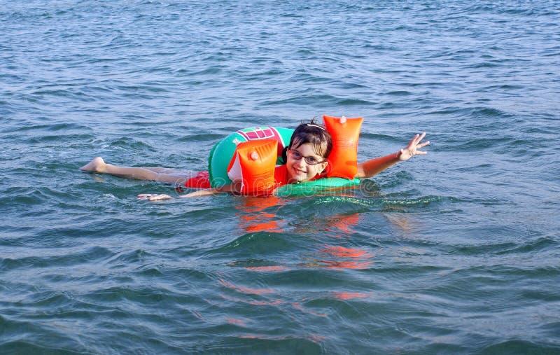 swims моря девушки стоковая фотография