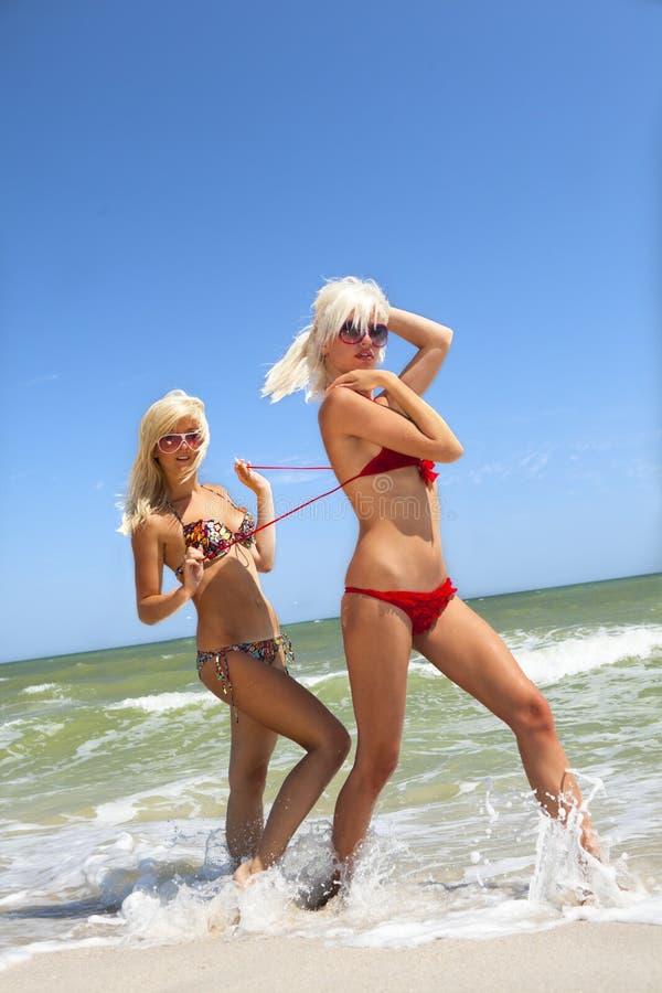 swimsuit подруги девушки милый открепляя стоковая фотография