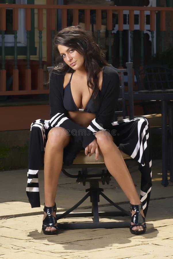 swimsuit стула модельный стоковое изображение rf