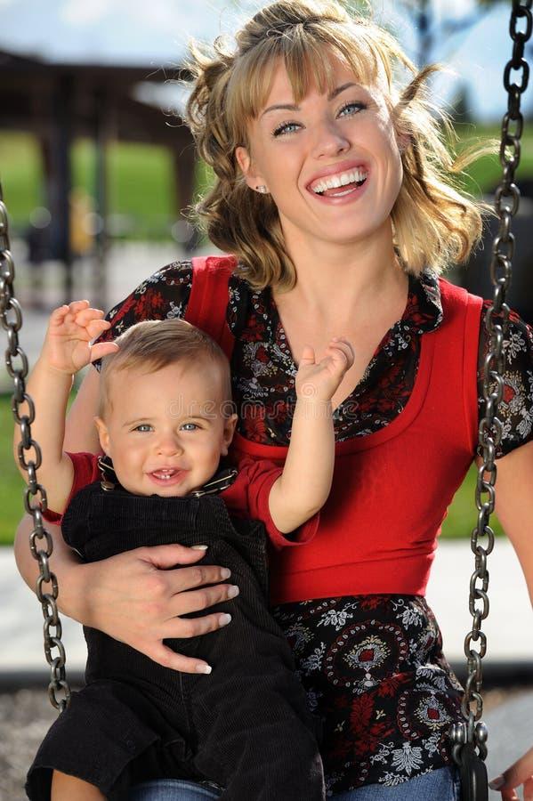 swing för barnmoderlekplats royaltyfri bild