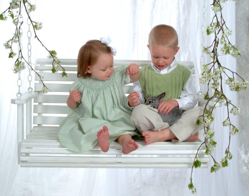 swing för pojkekaninflicka royaltyfri fotografi