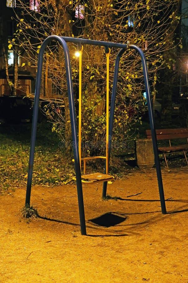 Swing på lekplatsen fotografering för bildbyråer