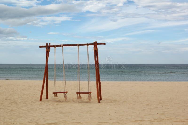 Swing på stranden royaltyfri bild