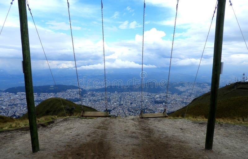 Swings che sorveglia la città di Quito, Ecuador fotografie stock