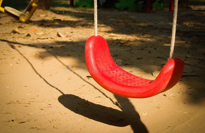 Swings i lekplatsen arkivfoto