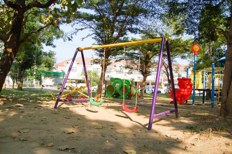 Swings i lekplatsen arkivbilder