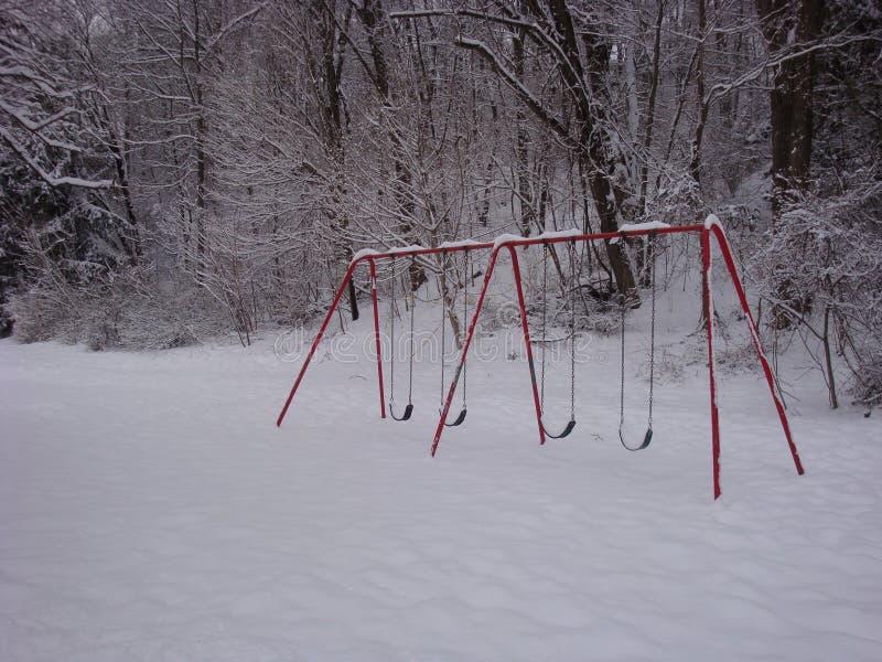 Swingset en la nieve imagenes de archivo