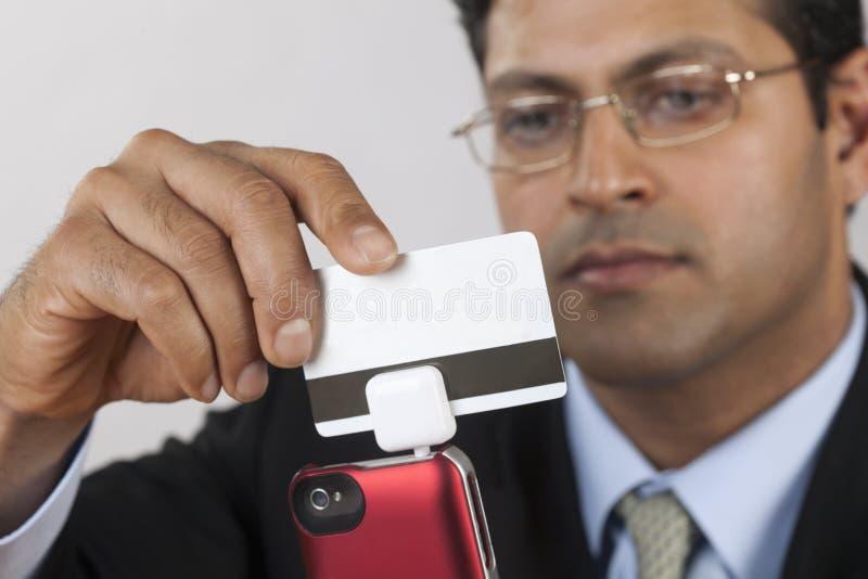 swiper кредита карточки бизнесмена стоковая фотография rf
