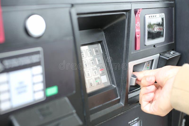 Swiping πιστωτική κάρτα χεριών στο σταθμό αντλιών αερίου στοκ φωτογραφία με δικαίωμα ελεύθερης χρήσης