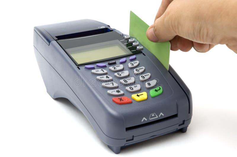 Swiping Kreditkarte mit Stellung-Terminal lizenzfreie stockfotos