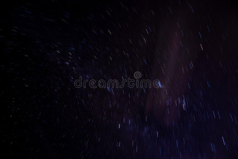 Swirly escuro - fugas da estrela azul fotos de stock royalty free