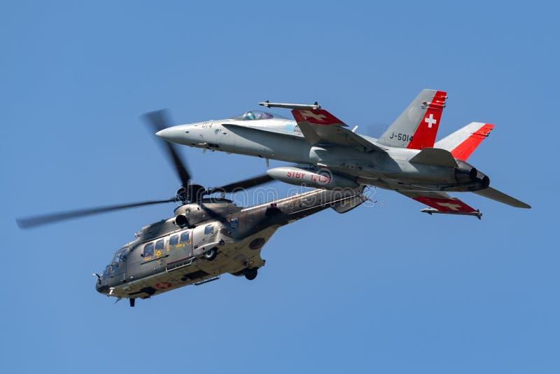 Swiss Air-militaire het nutshelikopter t-340 die van Krachtaerospatiale AS532 TH98 een Swiss Air-Kracht McDonnell Douglas F/A-18C royalty-vrije stock foto's