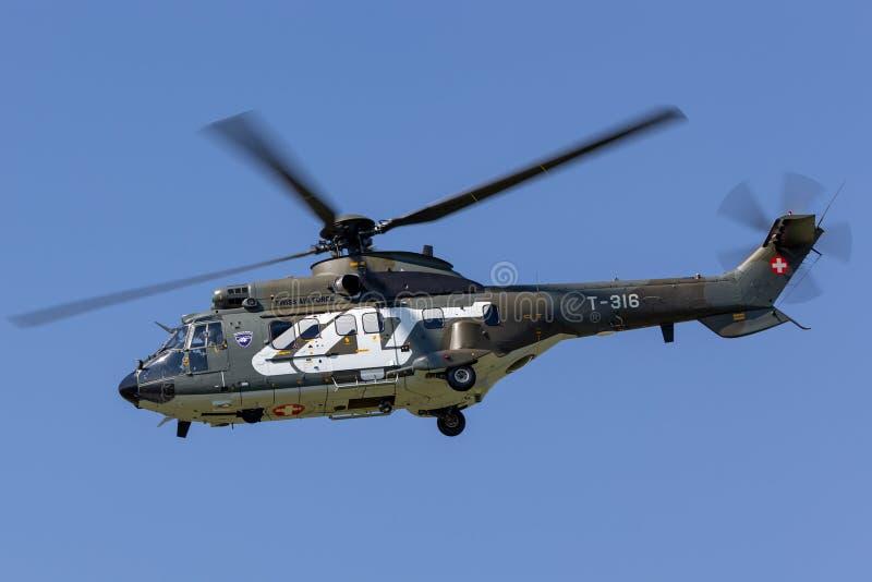 Swiss Air-militaire het nutshelikopter t-316 die van Krachtaerospatiale AS332 TH89 een Swiss Air-Kracht McDonnell Douglas F/A-18C stock fotografie