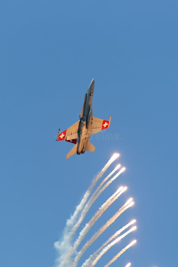 Swiss Air-vliegtuigen die van de de Horzel de veelzijdige vechter van Krachtmcdonnell douglas F/A-18C gloed uitwerpen stock foto