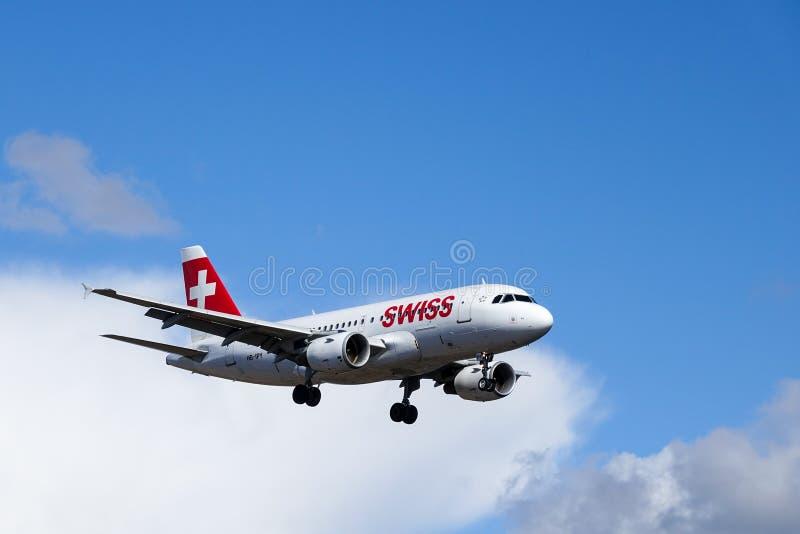 Swiss International Air Lines, Aerobus A319 - 112 zdjęcia royalty free