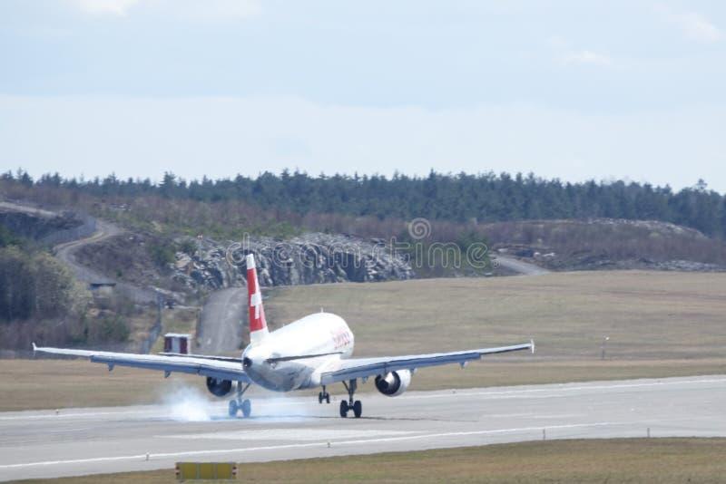 Swiss International Air Lines, Aerobus A319 - 112 ląduje obraz royalty free