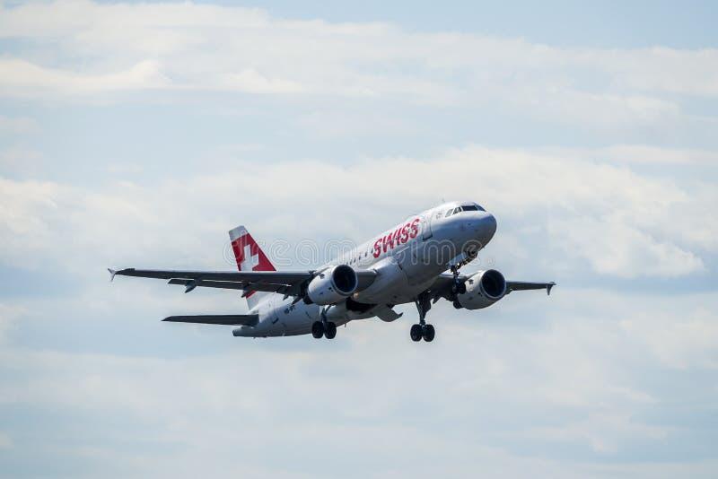 Swiss International Air Lines, Aerobus A319 - 112 zdejmowali zdjęcie stock
