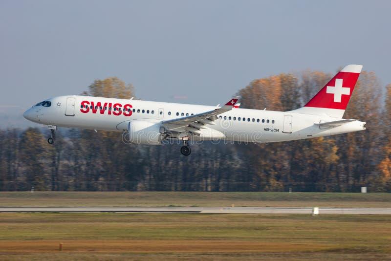 Swiss International Airlines Airbus A220-300 HB-JCN-passagerarplan för ankomst och landning på Budapests flygplats arkivbild