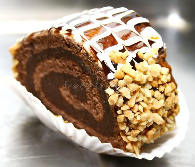 Swiss roll con le noci ed il cioccolato immagini stock libere da diritti