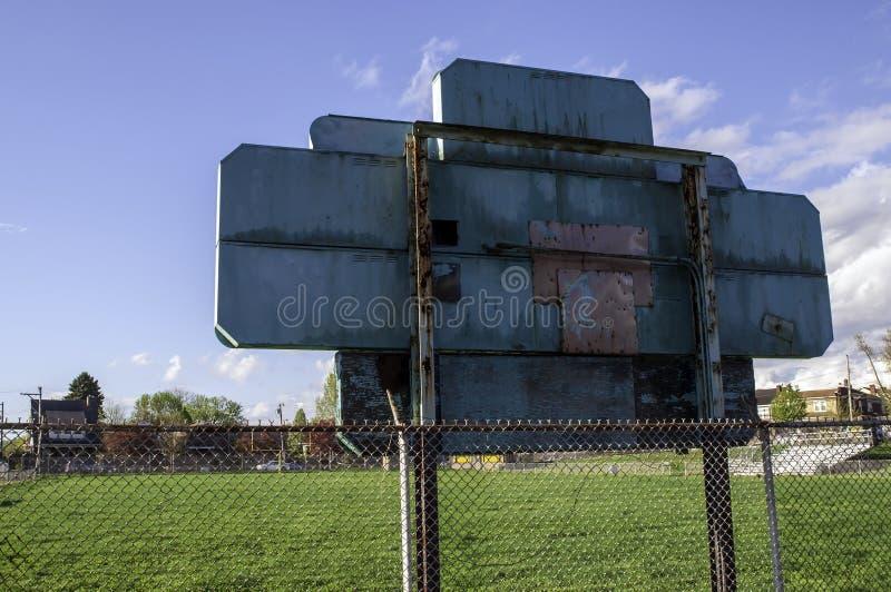 Swissvale, la Pennsylvanie, les Etats-Unis 04/20/2019 du tableau indicateur et le terrain de football à l'école de Dickson image stock