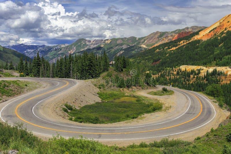 Switchback längs den miljon dollarhuvudvägen i Colorado arkivfoton