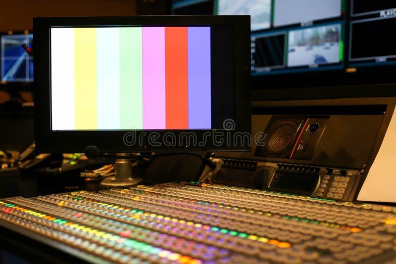 Switcheren knäppas i studioTV-station, ljudsignal och videoen Productio arkivfoton