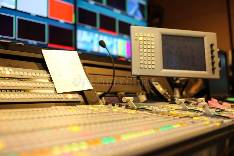 Switcheren knäppas i studioTV-station, ljudsignal och videoen Productio royaltyfri foto