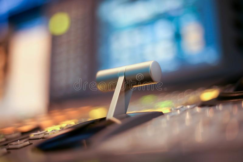 Switcheren knäppas i studioTV-station, ljudsignal och videoproduktionSwitcher av televisionTV-sändning royaltyfri bild