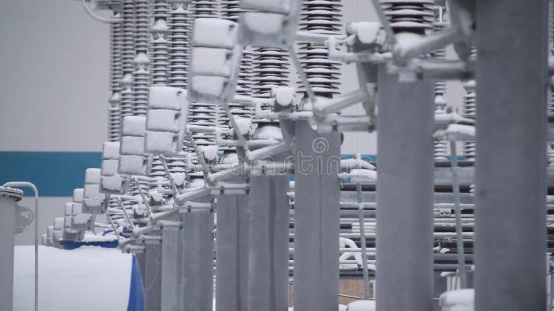 Switchgears и переключатели в электростанции с стальной структурой Деталь электростанции, высоковольтная изоляция voltage стоковое фото