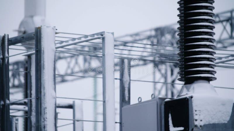Switchgears и переключатели в электростанции с стальной структурой Деталь электростанции, высоковольтная изоляция voltage стоковое изображение rf