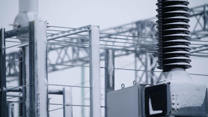 Switchgears и переключатели в электростанции с стальной структурой Деталь электростанции, высоковольтная изоляция voltage стоковая фотография rf