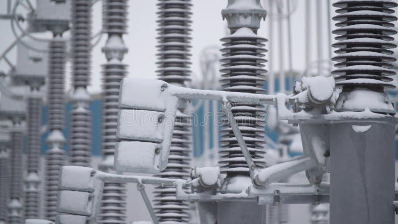 Switchgears и переключатели в электростанции с стальной структурой Деталь электростанции, высоковольтная изоляция voltage стоковые изображения rf