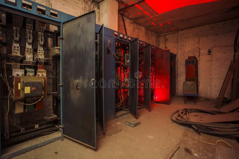 Switchwerkkasten met defecte hardware in verlaten fabriek stock foto
