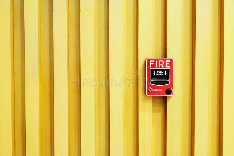 Swith пожарной сигнализации на деревянной предпосылке стоковая фотография rf