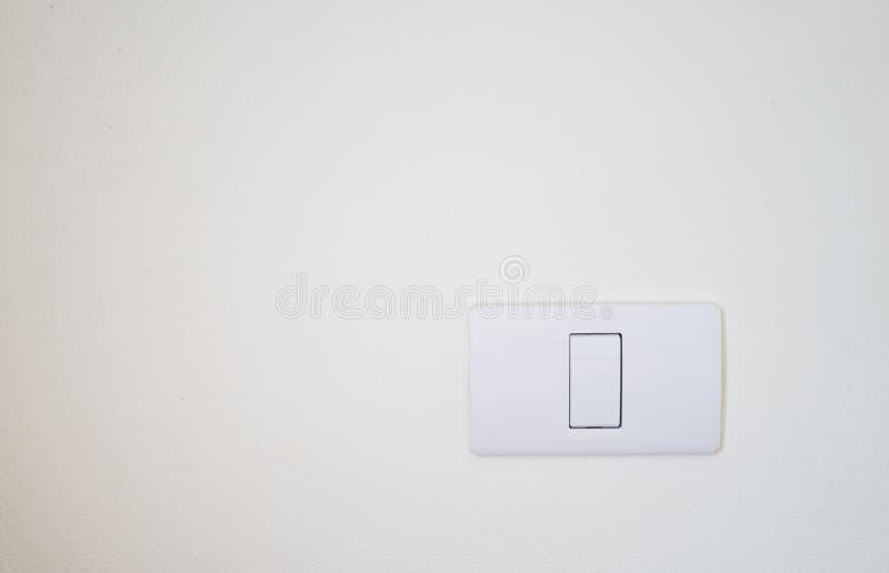 Swith léger électrique sur le mur blanc avec l'espace de copie image libre de droits