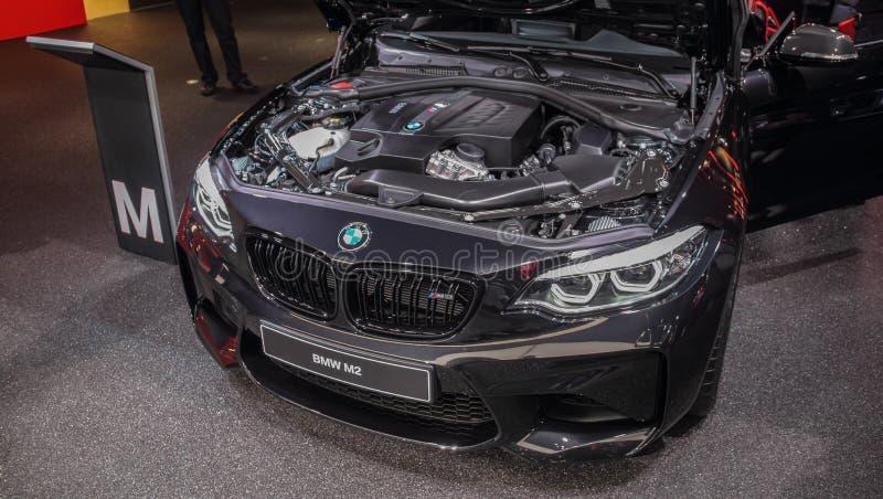 Швейцария; Женева; 10 марта 2018 года; BMW M2 front with open hood-front; 88-й Международный автосалон в Женеве с 8-го числа. До 18 марта 2018 года стоковые изображения без роялти