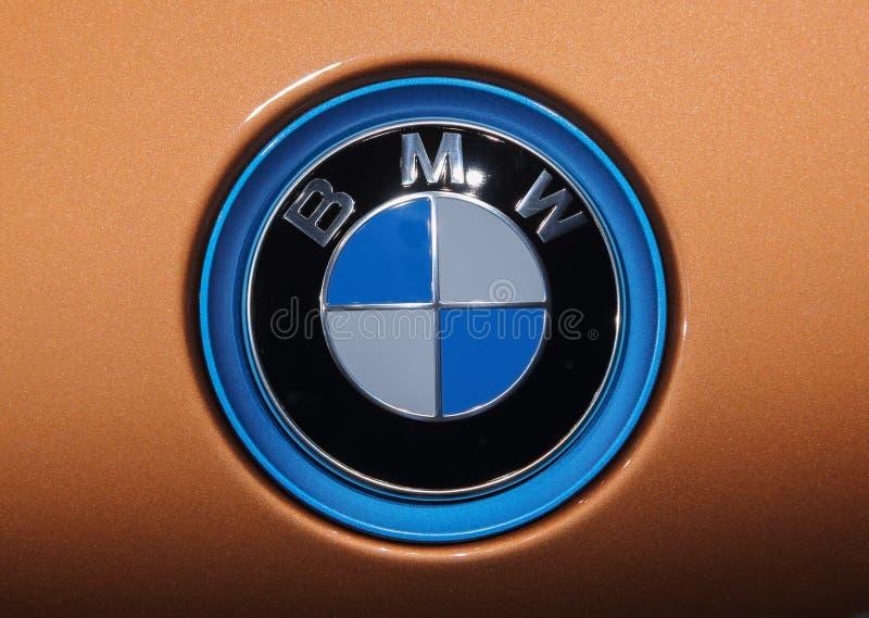 Швейцария; Женева; 8 марта 2018 года; крупный план эмблемы капота BMW с оранжевым фоном; 88-й Международный автосалон в Женеве. Женева с 8-го по 18-е число стоковых изображений
