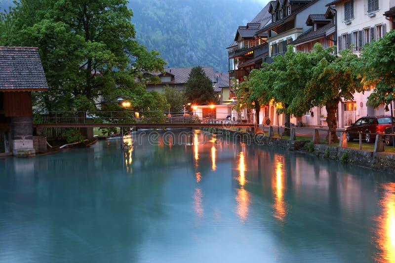 Switzerland, Interlaken. Ideia da noite de um r pequeno imagens de stock royalty free