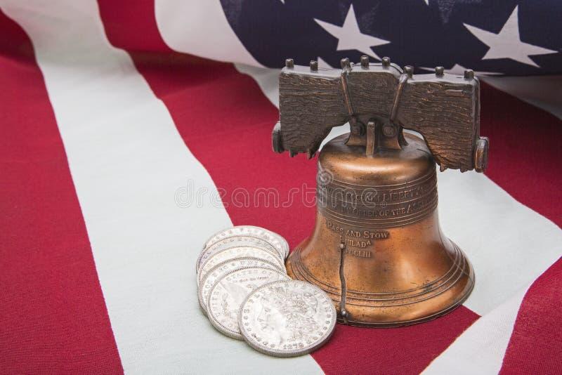 Swoboda dzwonu srebnych monet flaga amerykańskiej sukces obraz stock