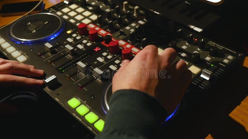 Swooping através dos faders e os canais de uma gravação do SSL embarcam em um estúdio da música fotografia de stock royalty free