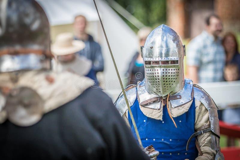 swordfighting中世纪的骑士 免版税库存照片