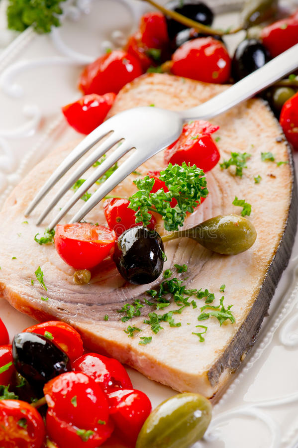Swordfish com alcaparras dos tomates fotografia de stock