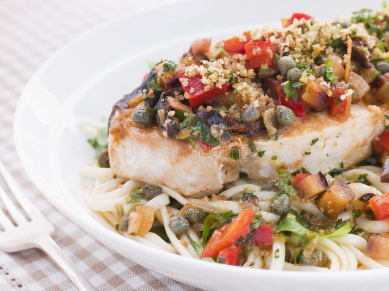 Swordfish sicilianos cozidos com Linguine fotografia de stock