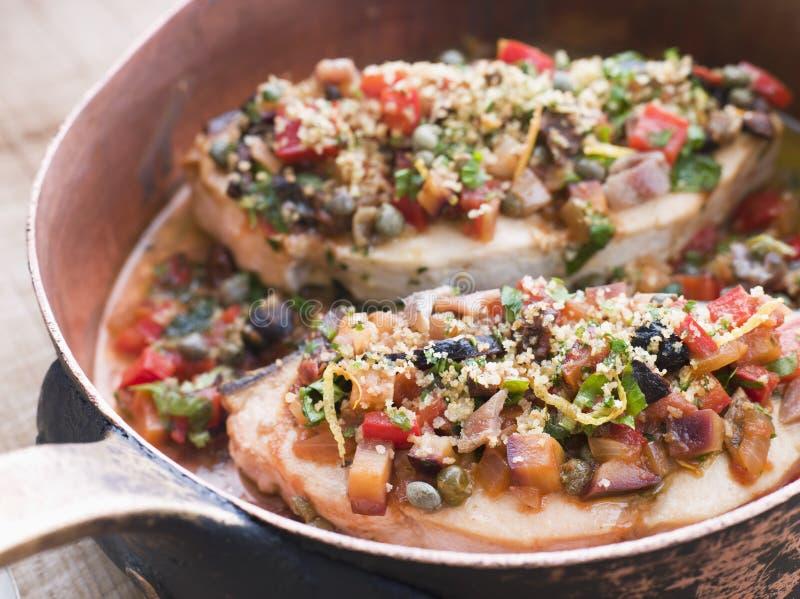 Swordfish sicilianos cozidos em uma bandeja de cobre foto de stock royalty free