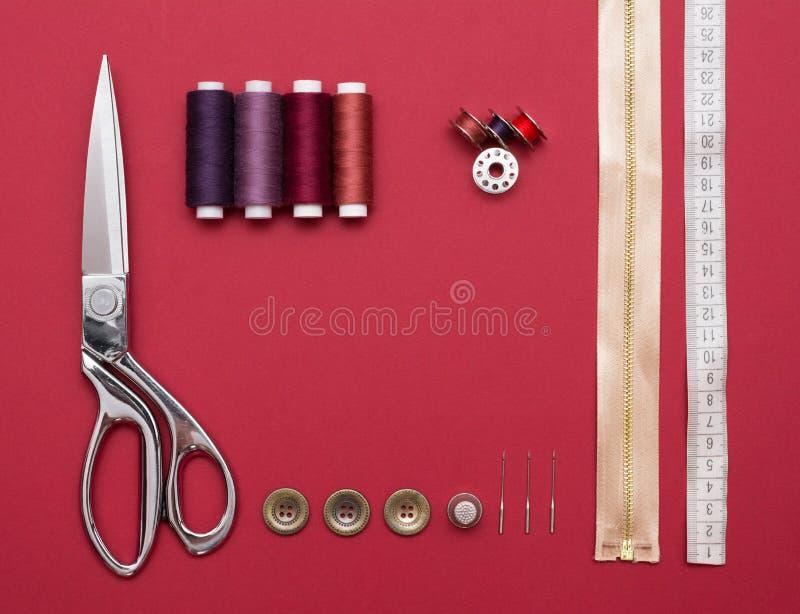 Sy hjälpmedel på rött royaltyfri foto